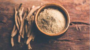Racines d'ashwagandha en gros plan qui ressemblent à des petits bouts de bois
