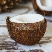 Une demi noix de coco sur une table en bois