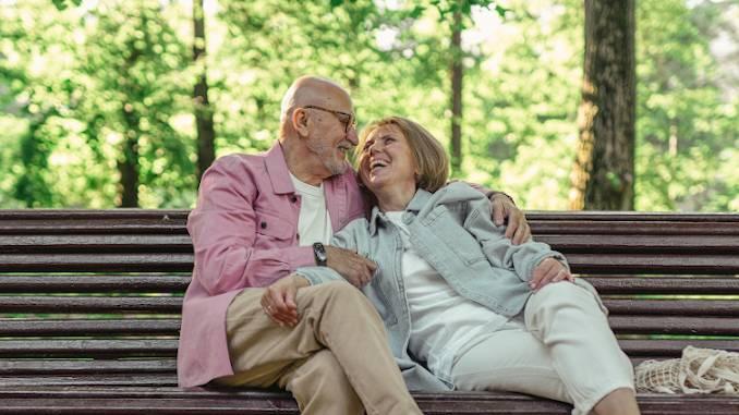 Couple homme femme seniors heureux, l'un avec l'autre. L'homme prend la femme dans ses bras.