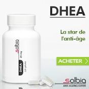 """Complément alimentaire de DHEA : boîte blanche épurée, quatre gélules, texte """"DHEA La star de l'anti-âge"""" avec un bouton acheter et le logo de la marque Solbia. Fond blanc et gris clair bleuté."""