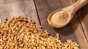 Fenugrec écrit en premier plan sur un fond de graines de fenugrec