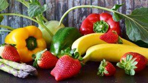 Fruits et légumes colorés avec un fond de bois.