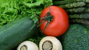 Gros plan sur des légumes : laitue, courgette, tomate, asperge...