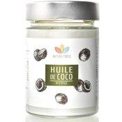 Bocal en verre contenant de l'huile de coco. Fond blanc. Etiquette du produit : blanche avec des noix de coco en noir et blanc, le logo de la marque et Huile de coco écrit sur un encadré au fond vert.