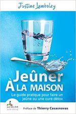 Couverture du livre Jeûner à la maison de Justine Lamboley. Verre d'eau sur fond bleu.