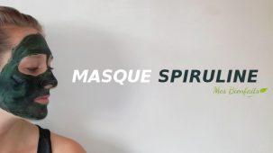 """Femme de profil avec un masque de spiruline bleu-vert sur le visage. Elle regarde le texte """"Masque Spiruline"""" inscrit à côté."""