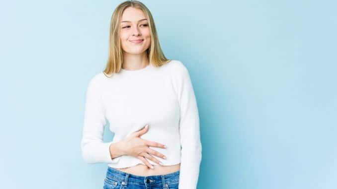 Microbiote et dépression : zoom sur l'intestin à gauche, dépression personne assise sur une chaise à droite