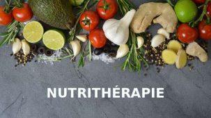 Nutrithérapie écrit en dessous de légumes et fruits sur un fond gris anthracite.