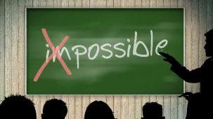 """Le mot """"impossible"""" est écrit sur un tableau d'école. Le début du mot est rayé, le mot """"impossible"""" devient alors """"possible"""". Un professeur explique à des élèves qu'on devine de dos."""