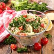 Taboulé végétarien dans un saladier : légumes, raisins secs et menthe.