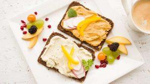 Tartines healthy maison dans une assiette blanche carrée avec des fruits